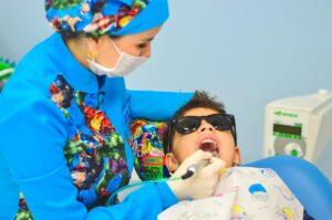 dziecko u ortodonty