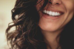 Piękny, kobiecy uśmiech dzięki mikroimplantom ortodontycznym