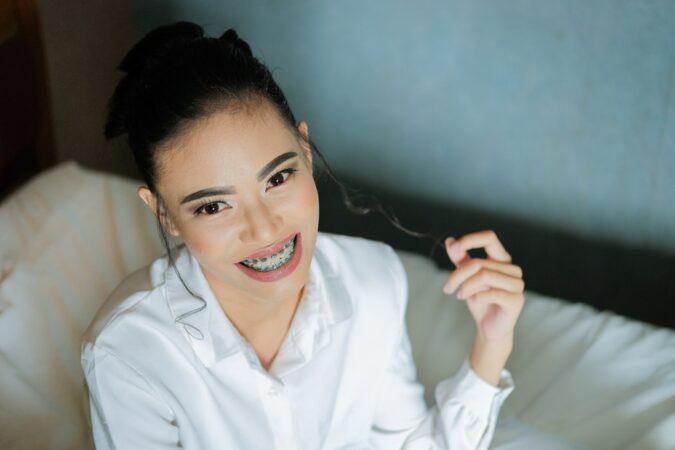Metalowy vs przezroczysty – czyli, jaki aparat ortodontyczny wybrać?