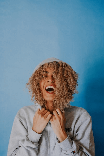 Śmiejąca się kobieta odsłaniająca zęby – jaki irygator wybrać